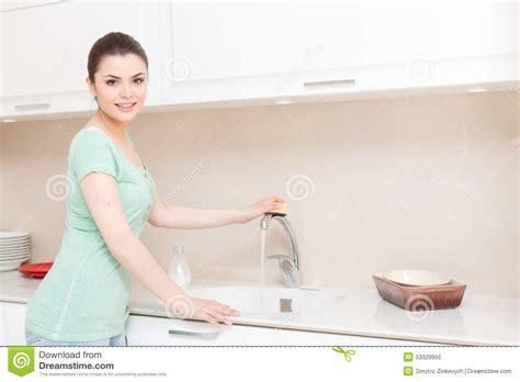 robinet de nettoyage de femme dans la cuisine photo stock image 53329955