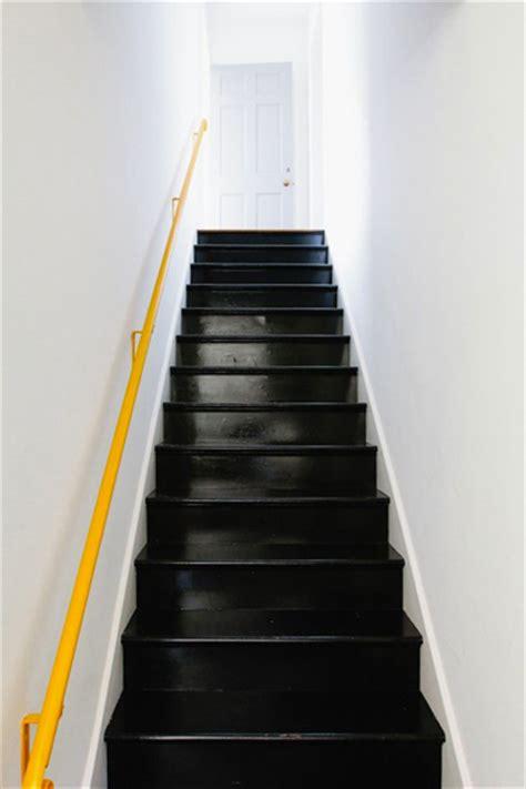 peindre escalier en bois couleur noir et re jaune mur blanc