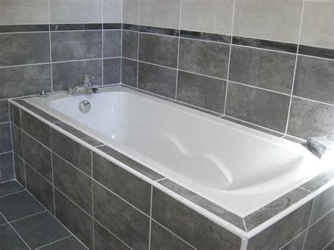 une salle de bain avec baignoire et une association de fa 239 ences gris clair et gris fonc 233 pos 233 es