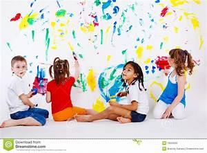 Kinder Bilder Malen : kinder welche die wand malen stockfoto bild von gl cklich k nstlerisch 19523330 ~ Markanthonyermac.com Haus und Dekorationen
