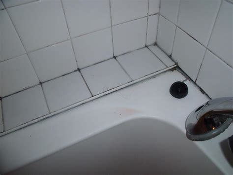 les joints du carrelage de votre salle de bain ont moisi voici un produit nettoyant fait