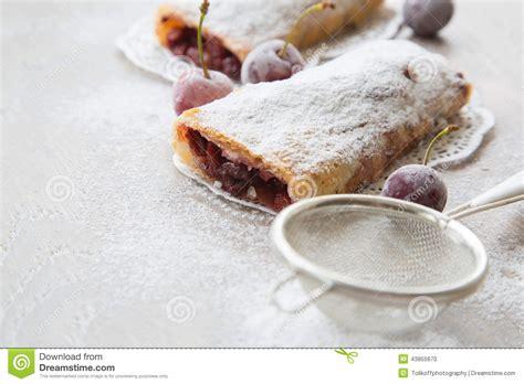 dessert roumain et moldove traditionnel avec des griottes i photo stock image 43855670