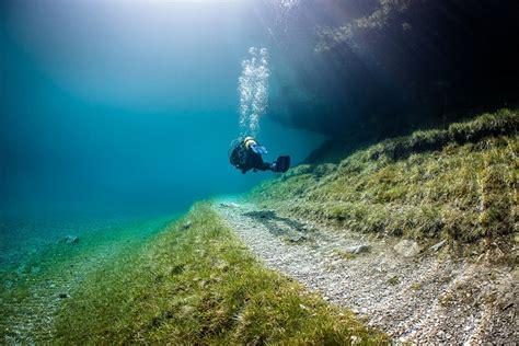plong 233 e sous marine dans le lac vert en autriche