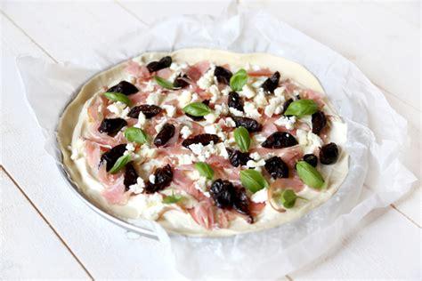 pizza ch 232 vre pruneaux et bacon les demoizelles
