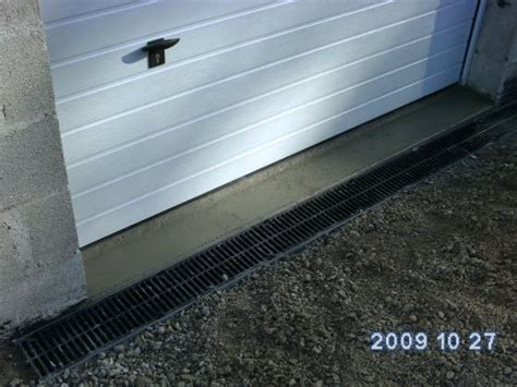 seuil de porte de garage refait avec pose du caniveau devant bienvenue chez nous