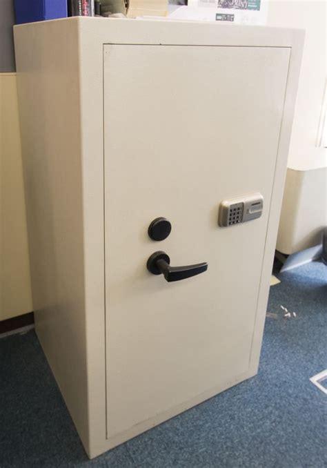 coffre fort de marque digital lock gris clair a combinaison et cle vendu avec 2 cles sans code dime