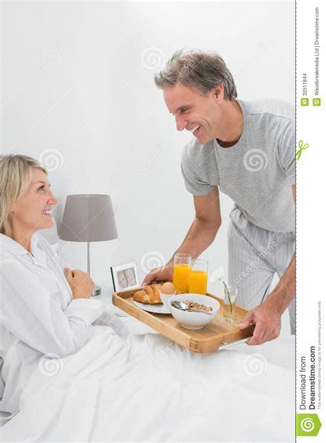 Resultado de imagem para imagens de homens levando a mulher para o quarto