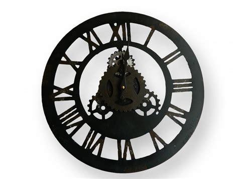 horloge murale ronde en fer forge et ses chiffres romains pas chere