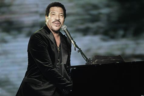 Lionel Richie Gardens With Daughters Nicole And Sofia