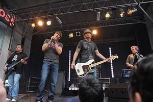 Singer stops 3 Doors Down concert after he sees man hitting...