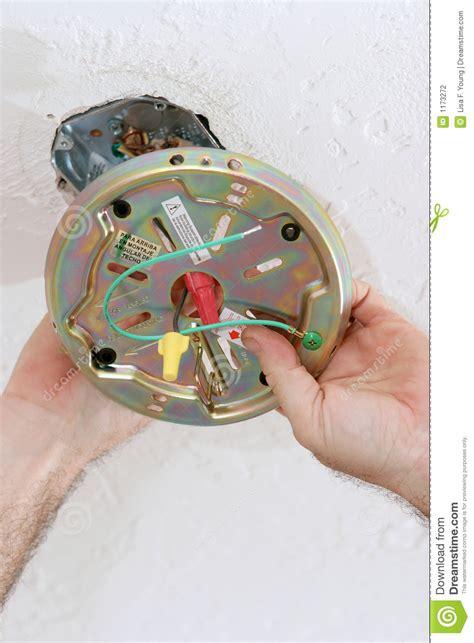 fixation de la plaque de ventilateur dans le cadre de plafond photographie stock image 1173272