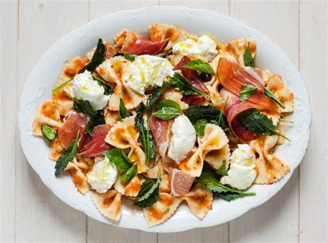 recette salade de p 226 tes aux tomates grill 233 es avec prosciutto mozzarella et chou fris 233