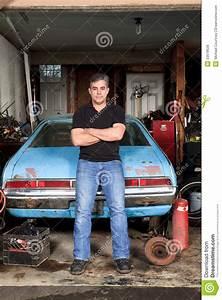 Auto In Der Garage : mitte alterte den mann der an seinem alten auto in seiner garage steht und sich lehnt stockfoto ~ Whattoseeinmadrid.com Haus und Dekorationen