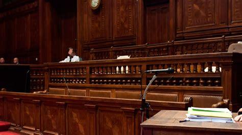 pour 233 viter d 234 tre jur 233 aux assises un homme se pr 233 sente 224 la cour avec un quot dr 244 le d