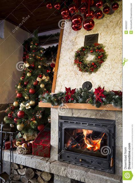 camino bruciante con l albero di natale e la decorazione fotografia stock immagine 48262227