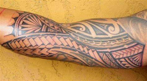 tatouage avant bras tribal maori coude biceps files bandes symboles motifs modele dessins