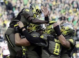 Oregon running back DeAnthony Thomas, left, celebrates his ...