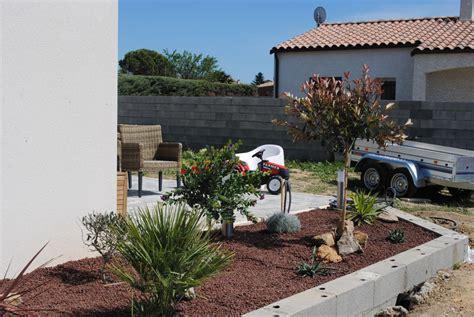 photo grand bac 224 fleurs en parpaings devant la maison entre la terrasse de l entr 233 e en bois