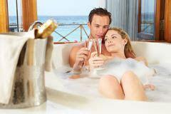 jeunes couples 233 tant pr 234 ts dans la salle de bains photographie stock image 14921522