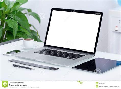 espace de travail moderne de bureau avec le pc de comprim 233 d ordinateur portable photo stock