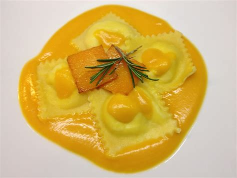 ravioli ravioli relleno de salm 243 n ahumado con salsa de