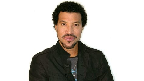 Lionel Richie Postpones Tour Because Of Knee Surgery