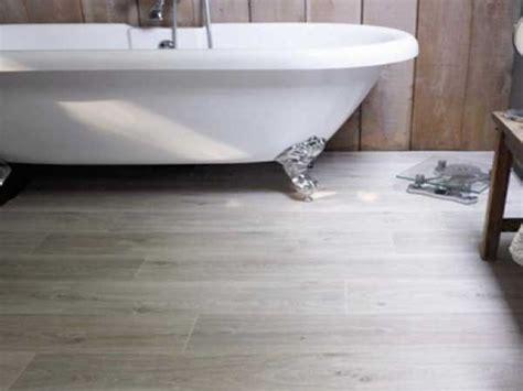sol en vinyle effet bois pour la salle de bain gerflor