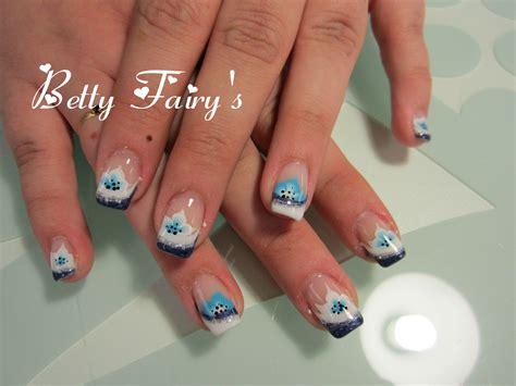 ongle en gel blanc et bleu