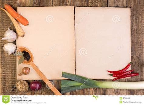 livre de cuisine sur le fond en bois images libres de droits image 37460309