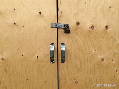 porte abri de jardin construire une porte de cabanon ou remise