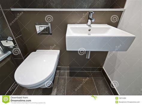 d 233 de salle de bains avec la toilette et le lavabo images libres de droits image 13874489