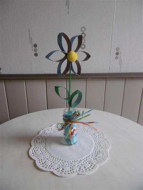 une fleur avec des rouleaux en du papier toilette