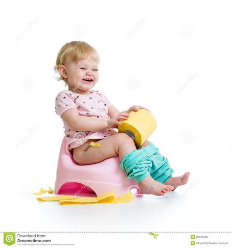 b 233 b 233 de sourire s asseyant sur le pot de chambre photos libres de droits image 30534868