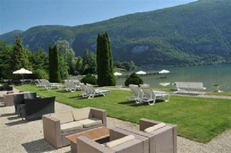 la plage et ses chaises longues photo de hotel restaurant le chalet du lac savoie tripadvisor